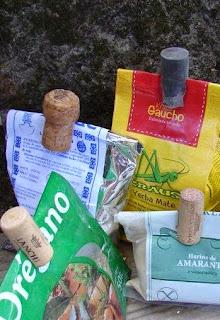 http://www.muyingenioso.com/reutiliza-tapones-de-corcho-como-pinzas/