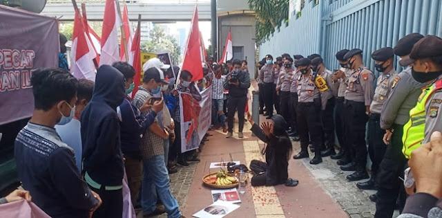 Sambil Bawa 'Dukun', Massa Desak DKPP Proses Bawaslu Dan KPU Ogan Ilir