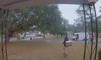 Kurir melempar paket yang diantarnya dalam jarak beberapa meter.