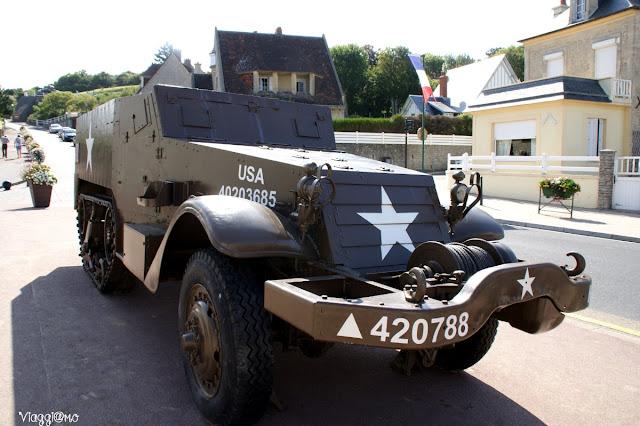Uno dei mezzi militari esposti lungo le vie del paese