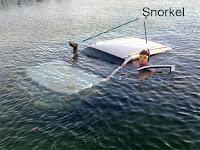 Şnorkeli olan bir sürücünün şnorkeli olan bir jipi su altında sürmeye çalışması