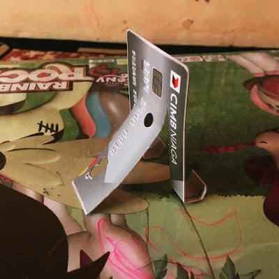 kartu kredit sebagai phone stand