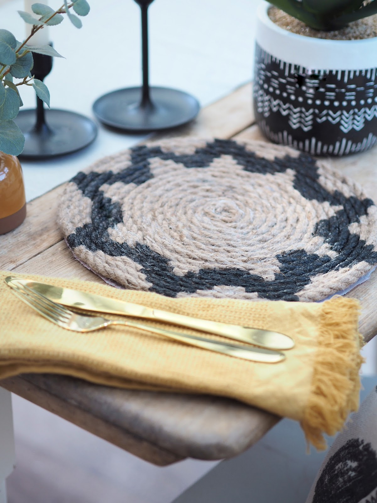 DIY rope placemat made from a ball of rope and painted with a boho-style pattern. Make your own Pier One, Pottery Barn and Macys style placemat on a tight budget for just a few pounds or dollars. Crafting ideas for DIY home decor.