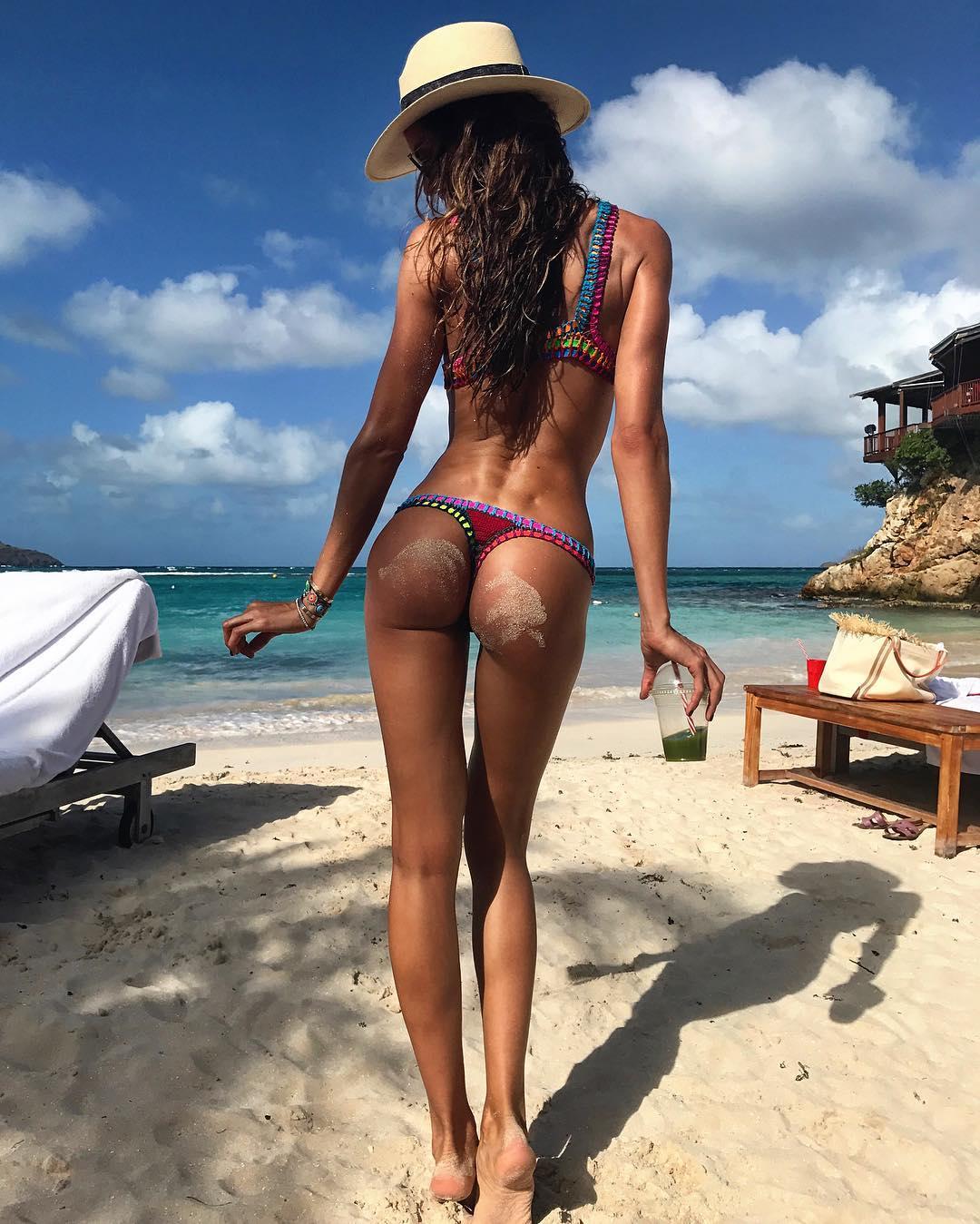Izabel Goulart e Kevin Trapp curtem praia no Caribe