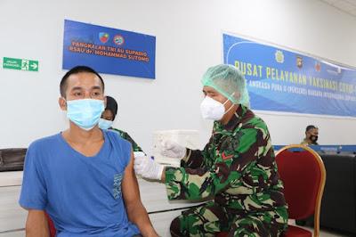 """Hingga hari ke-10 pelaksanaan vaksinasi, tim vaksinator RSAU dr. Mohammad Sutomo Lanud Supadio telah melakukan vaksinasi kepada 441 orang di Lantai III Terminal Bandara Internasional Supadio, Sabtu, (17/07/2021).<br><br>  Kerjasama yang dilakukan dengan PT. Angkasa Pura II (Persero) dan Kantor Kesehatan Pelabuhan (KPP) ini menargetkan 500 orang baik masyarakat maupun komunitas bandara bisa tervaksin hingga tanggal 20 Juli 2021 mendatang.<br><br>  Menurut Danlanud Supadio Marsma TNI Deni Hasoloan Simanjuntak kegiatan vaksinasi yang berlangsung ini sesuai dengan arahan pimpinan untuk menggelar vaksinasi serentak di wilayah masing-masing.""""Sesuai dengan arahan pimpinan untuk mendukung program percepatan vaksinasi pemerintah, hingga hari ini jumlah total mencapai 441 orang telah divaksin,"""" kata Danlanud Supadio.<br><br>  Dijelaskan juga jika para penerima vaksin ini merupakan komunitas bandara baik itu pekerja maupun keluarga pekerja. Termasuk calon penumpang pesawat dan masyarakat umum. Kemudian Kepala RSAU dr. Mohammad Sutomo Letkol Kes dr. Ary Eko Arjunanto, Sp.PD., FINASIM saat di lokasi vaksinasi mengungkapkan jika timnya mampu mendukung vaksinasi di bandara ini.<br><br>  """"Untuk hari ini kita libatkan 3 vaksinator kita dibantu 2 vaksinator KKP. Khusus untuk hari ini dari sasaran 50 orang, kita berhasil melaksanakan vaksinasi hingga 60 orang,"""" katanya. Selama kegiatan vaksinasi, tentunya tetap mengutamakan penerapan protokol kesehatan dan pengaturan yang sistematis sehingga dapat berjalan dengan efektif dan lancar.<br><br>"""