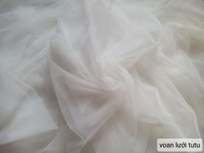 Còn 1,2kg voan lưới tutu màu trắng kem máy váy, đầm công chúa.