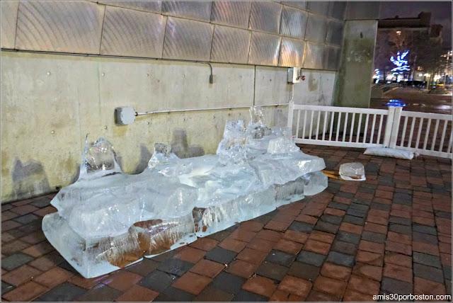 Escultura de Hielo del Acuario de Boston Destrozada