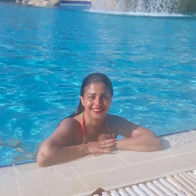 منة فضالي في إطلالة جريئة على حمام السباحة