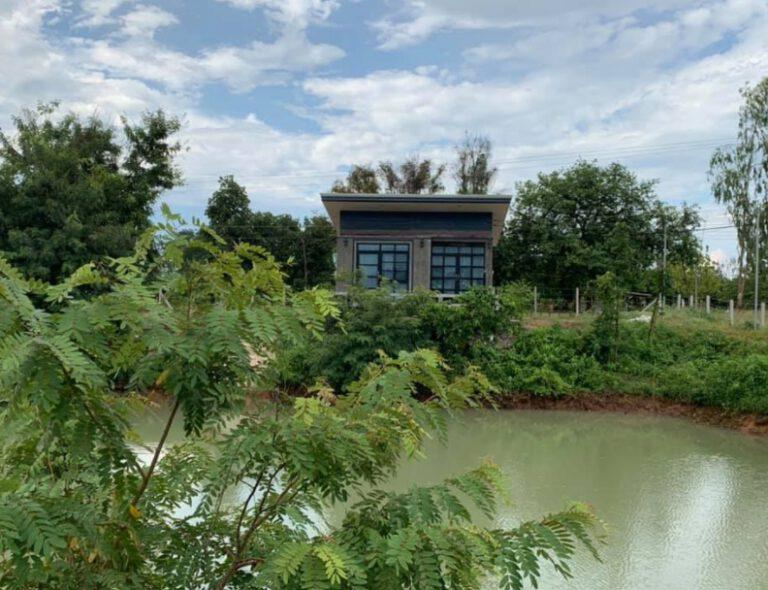 ตัวอย่างบ้านพักตากอากาศสไตล์ลอฟท์ ใช้งบ 450,000 บาท เน้นระเบียงด้านนอกกว้างขวาง 1 ห้องนอน 1 ห้องน้ำ (ดูรายละเอียด)