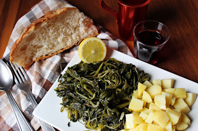 Insalata di erbe selvatiche e patate bollite. Ricetta antica, a basso costo.