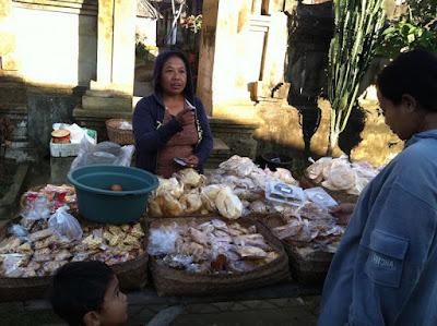 Berjualan di desa panglipura