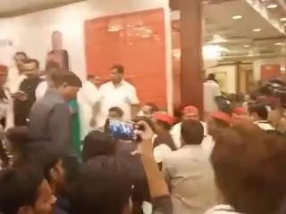 पत्रकारों की पिटाई के मामले में अखिलेश यादव के खिलाफ केस दर्ज, 20 कार्यकर्ताओं पर भी मुकदमा हुआ