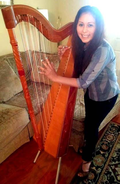 Foto de Anita Santivañez tocando el arpa