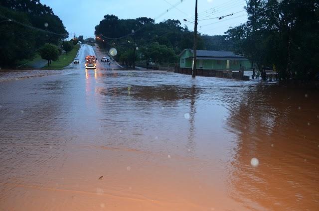 Fortes chuvas fazem rio Roncador transbordar