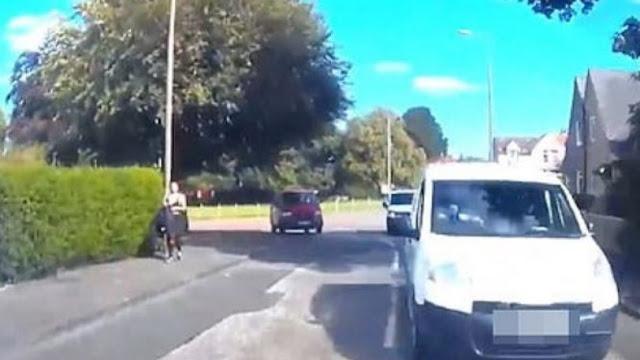 Μερακλής οδηγός τράκαρε επειδή κοίταζε μία νεαρή κοπέλα (video)