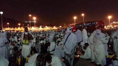 Mabit di Mudzalifah, jemaah haji mengutip batu untuk melontar jamrah