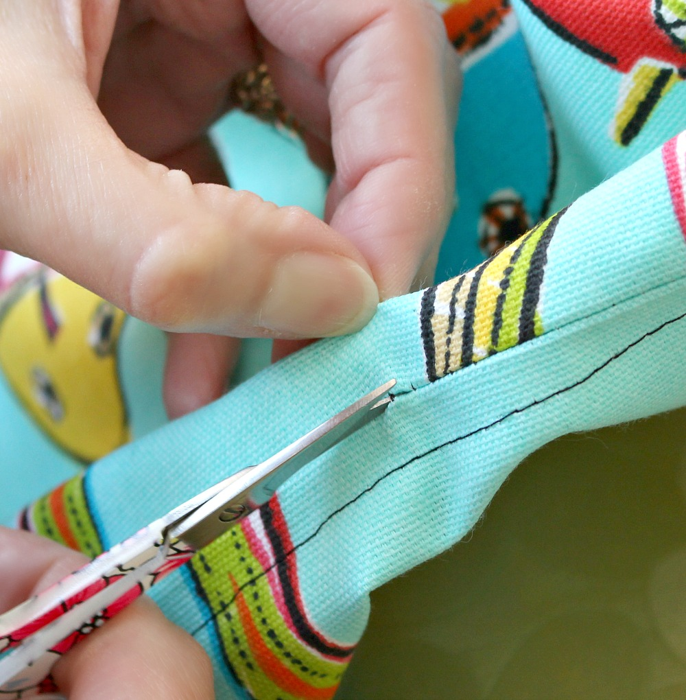 DIY Beach Tote with Zipper Closure + Pom Pom Trim | Sewing Tutorial from Dans le Lakehouse