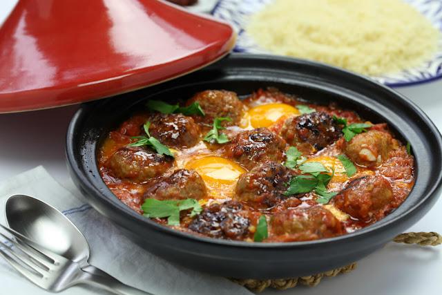Đây là món ăn phổ biến thường xuất hiện trong những bữa cơm gia đình của người dân Morocco. Thịt viên được tẩm với ớt bột và thì là, sau đó viên thành hình tròn nhỏ, nấu trong nước sốt cà chua cho đến khi chín. Các loại rau củ như khoai tây, cà rốt, đậu Hà Lan có thể được om cùng với nước sốt và thịt viên, tùy theo khẩu vị của mỗi người.