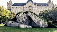интересная скульптура мужчины в Будапеште