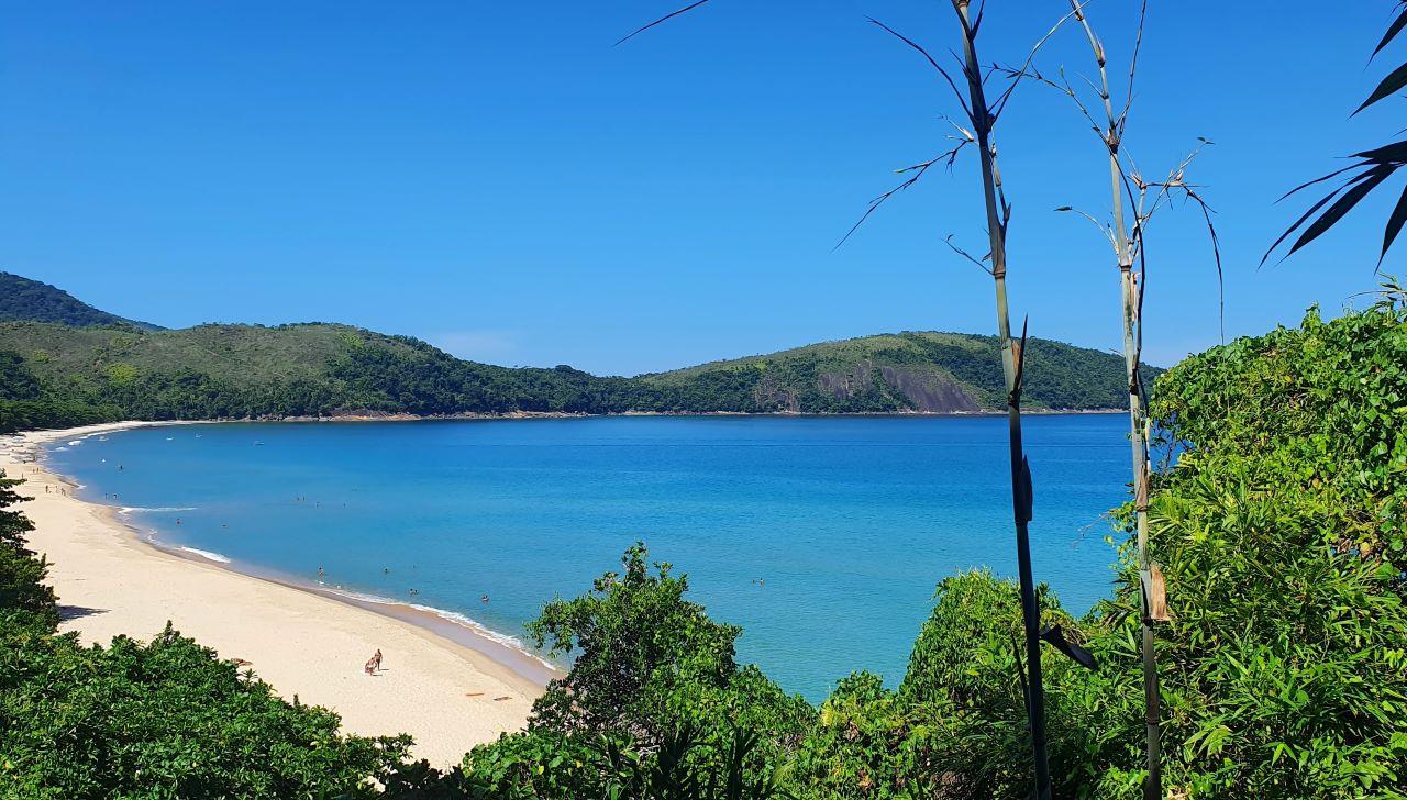 mirante de uma praia azulada de areia fina