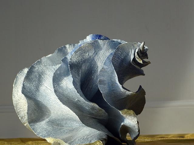 Natura e design, scultura di carta crespa dalla forma marina. Gasteropodi