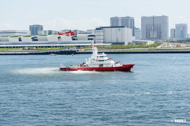 東京消防庁航空隊ヘリ「ちどり」と消防艇「みやこどり」