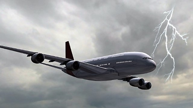 ماذا يحدث عندما يضرب البرق جسم الطائرة؟