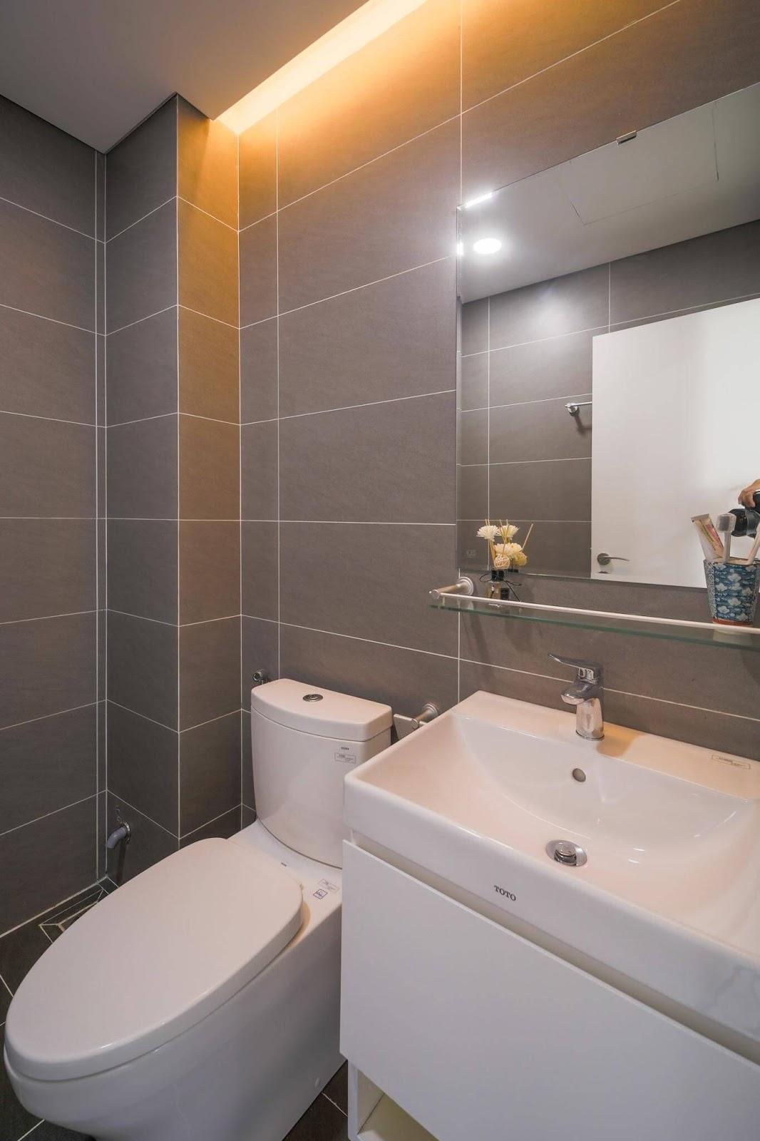 Phòng tắm căn hộ AQH Riverside được trang bị thiết bị Toto cao cấp.