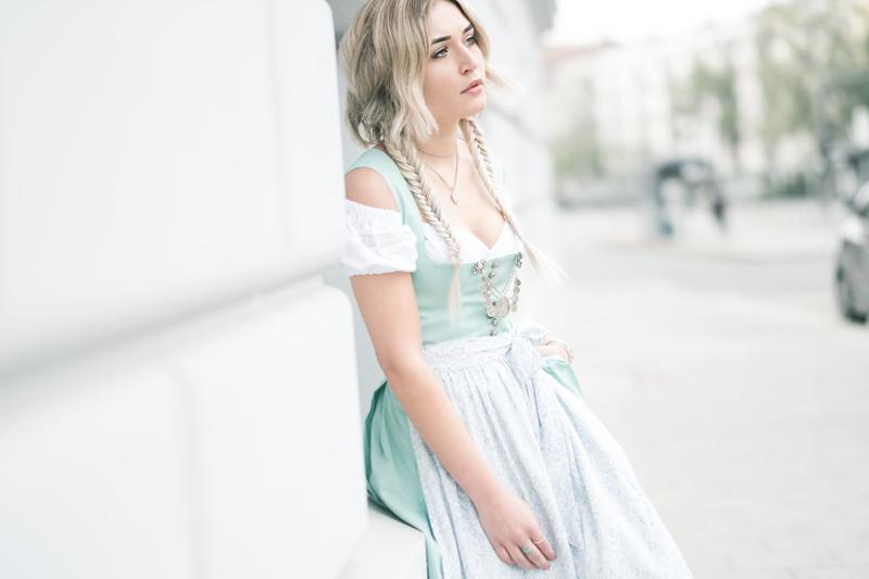 Dirndl-Trach-Munich-Muenchen-Variasophia-Tracht-Kleid-Dress-Mode-Fashion-Fashionblog-Modeblog-Blogger-Modeblog-Fashionblog-Bavaria-Bayern-Lauralamode