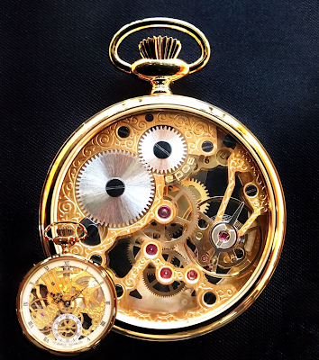 スケルトンの懐中時計