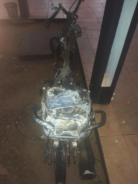 Ladrões incendeiam motocicleta roubada de policial