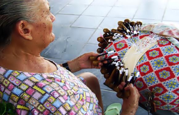 Mulher cearense com sua renda