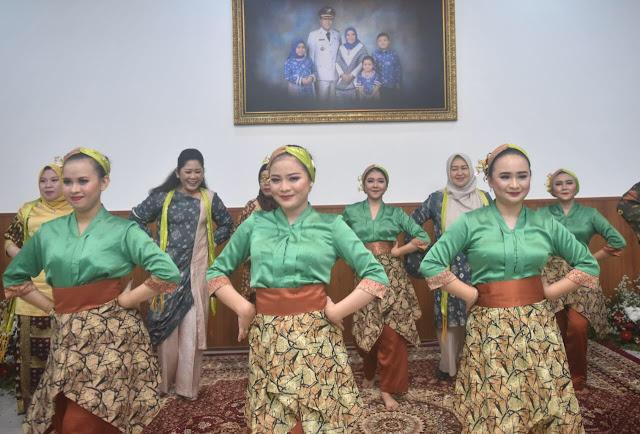 Feby Deru Jaga Kekompakan Bersama Istri Para Kepala Daerah