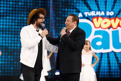 Zeeba com o apresentador (Crédito: Rodrigo Belentani /SBT)