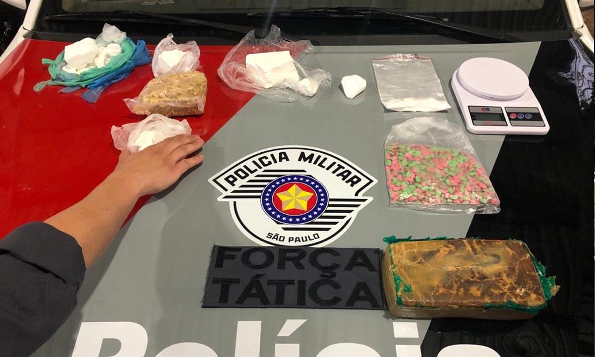 Operação da PM apreende crack, cocaína, MD e Ecstasy, em veículo e imóvel no Jardim Brasil em Botucatu