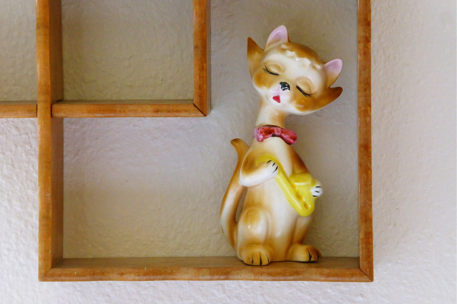 vintage Japanese ceramic jazz cat, vintage Japanese ceramic cat playing saxophone, made in Japan, Japanese ceramic cat