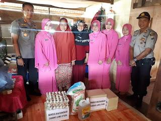 Kapolres Luwu Utara Bersama Ketua Bhayangkari Cabang Berikan Bantuan Sosial Warga Kurang Mampu