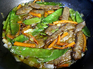 Cocinando ternera con tirabeques en salsa de ostras