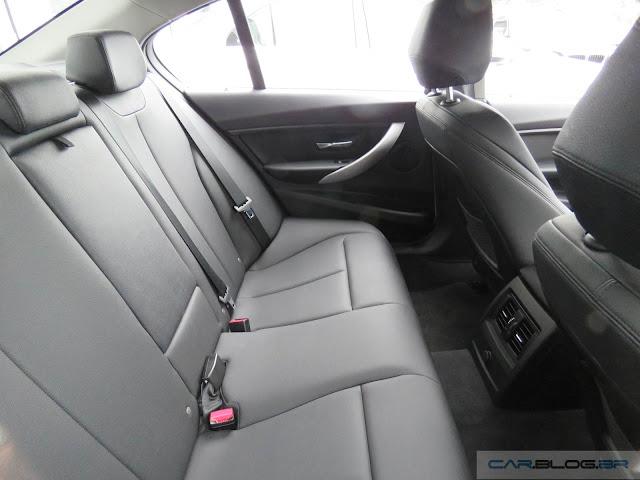 BMW 320i 2016 Active  Flex - espaço no banco traseiro