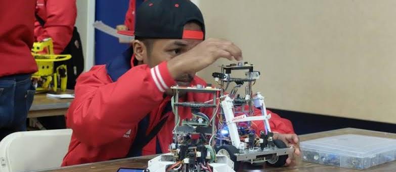 Pernah berpikir kalau Indonesia ga bisa bikin robot? Ilangin pikiran itu karena berikut adalah 9 robot buatan indonesia!