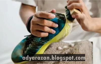 rutin mencuci sepatu untuk menghilangkan bau sepatu