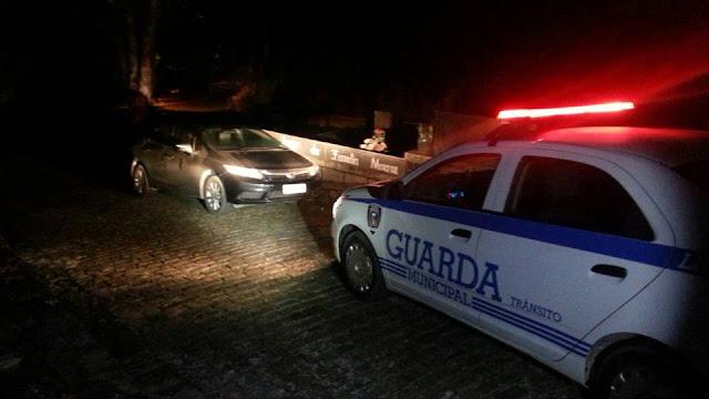 Guarda Municipal de Joinville (SC) localiza veículo roubado abandonado no cemitério municipal