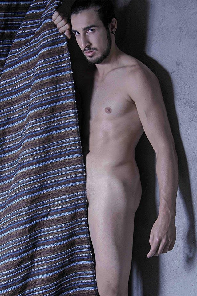 Ex-camelô Peterson Bonatti posa sem roupa para ensaio sensual. Foto: Jorge Beirigo