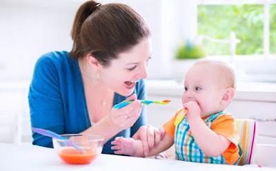 5 دروس غذائية تتعلمينها من طفلك الرضيع ام طفل يأكل تغذى mother sun baby eating