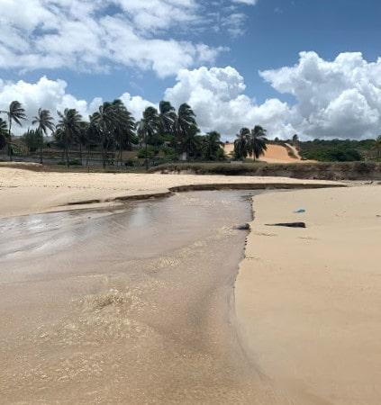 agua de um rio que desagua no mar