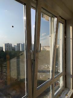 На изображении показано окно на проветривании ПВХ Киев Русановка