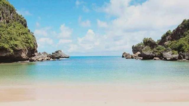 pasir-putih-pantai-ngrenehan