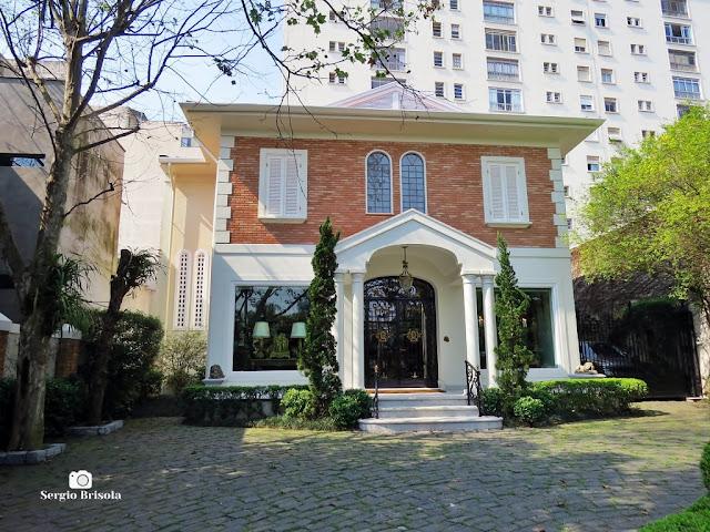 Vista do magnifico e imponente Casarão construído em 1925 em estilo Neoclássico na Rua Estados Unidos - Jardim América - São Paulo