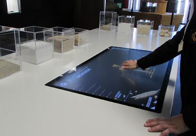 mãos a utilizar o ecrã interativo da Oficina da Regueifa em Valongo