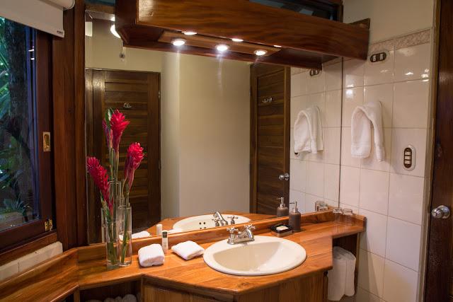 Lavabo del baño de un bungalow de Tulemar